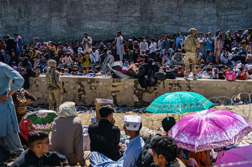 Im Abbey Gate sorgen britische und amerikanische Sicherheitskräfte am Mittwoch, 25. August 2021, in Kabul, Afghanistan, für Ordnung unter afghanischen Evakuierten, die auf die Abreise warten