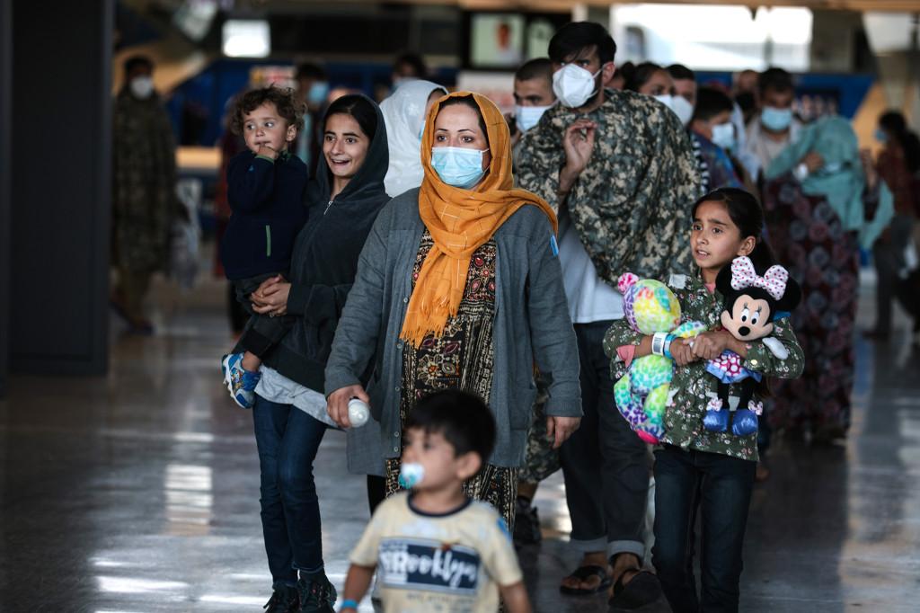 Eine afghanische Familie kommt am 25. August 2021 an einem Terminal am Dulles International Airport in Dulles, Virginia, an.