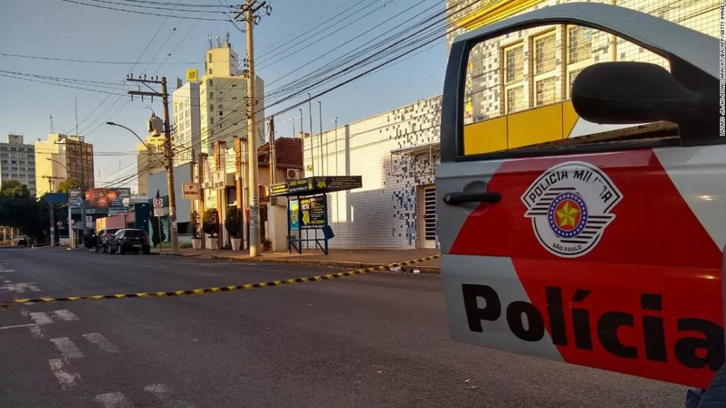 Geiseln an Autos festgeschnallt, als Räuber Banken in Brasilien angreifen