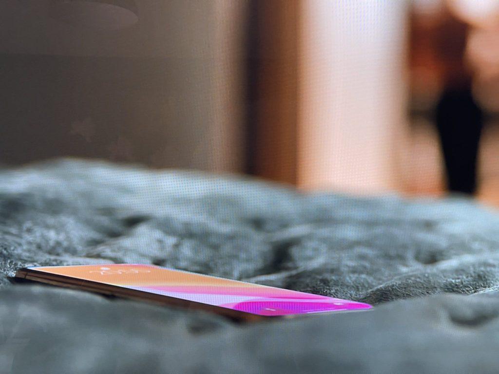 Nein, dieses Notchless-iPhone, das in 'Ted Lasso' entdeckt wurde, ist nicht das iPhone 13