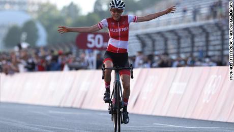 Anna Kiesenhofer überquerte die Ziellinie und gewann am Sonntag bei den Olympischen Spielen in Tokio das Straßenradrennen der Frauen.