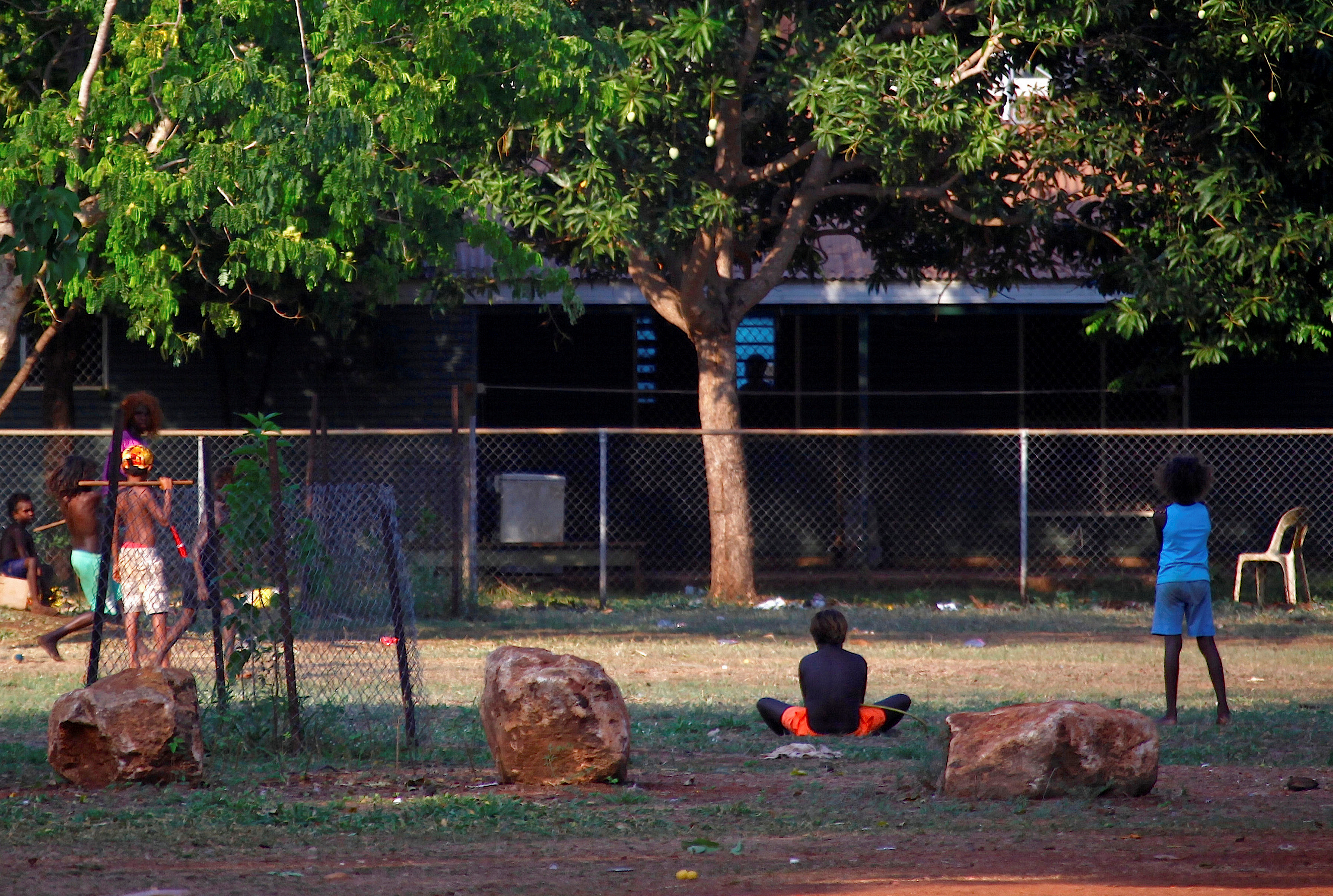 Mitglieder der australischen Aborigines-Gemeinde Ramingining sind in der Nähe ihrer Häuser im East Arnhem Land, östlich der Stadt Darwin im Northern Territory, Australien, am 24. November 2014 zu sehen. REUTERS / David Gray
