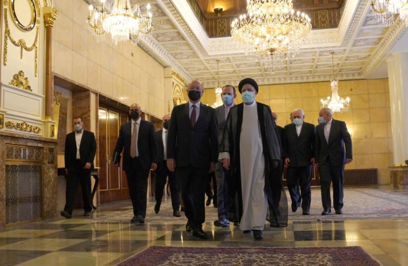 Der irakische Präsident Barham Salih geht mit dem neuen iranischen Präsidenten Ebrahim Raisi während eines Treffens in Teheran (Bild: REUTERS)