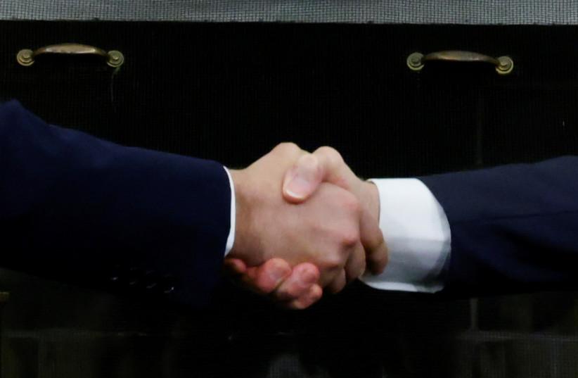 US-Präsident Joe Biden und der israelische Premierminister Naftali Bennett geben sich bei einem Treffen im Oval Office des Weißen Hauses in Washington, USA, 27. August 2021 die Hand. (REUTERS / JONATHAN ERNST)