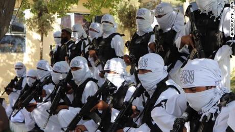 Gewehre, Humvees und Millionen Patronen: Die Taliban feiern ihr neues amerikanisches Arsenal
