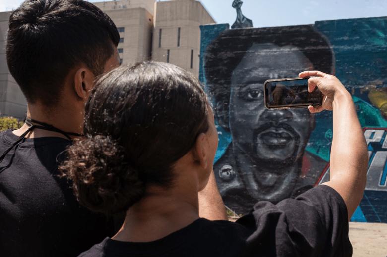 Damien McDuffie brachte virtuelle Realität zu einem kürzlich enthüllten Wandgemälde in Oakland.