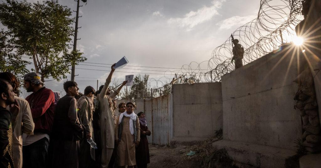 Das Chaos am Flughafen von Kabul hält an, während die Taliban über eine neue Regierung diskutieren