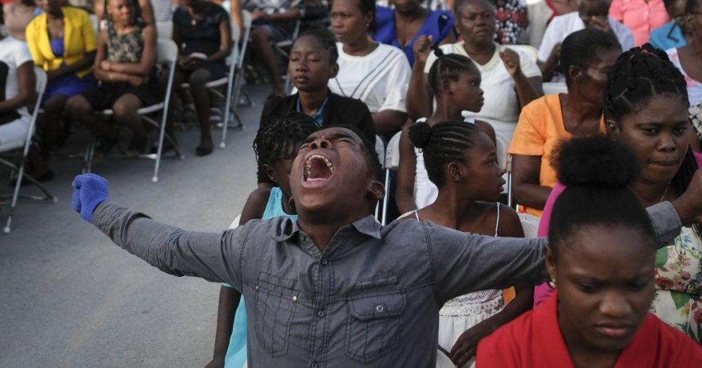 Haitianer kehren in vom Erdbeben beschädigte Kirchen zurück;  Banden bieten Hilfe an