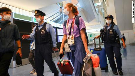 Die belarussische Athletin Kristina Timanovskaya wird am 1. August auf dem internationalen Flughafen Haneda in Tokio, Japan, von der Polizei eskortiert.