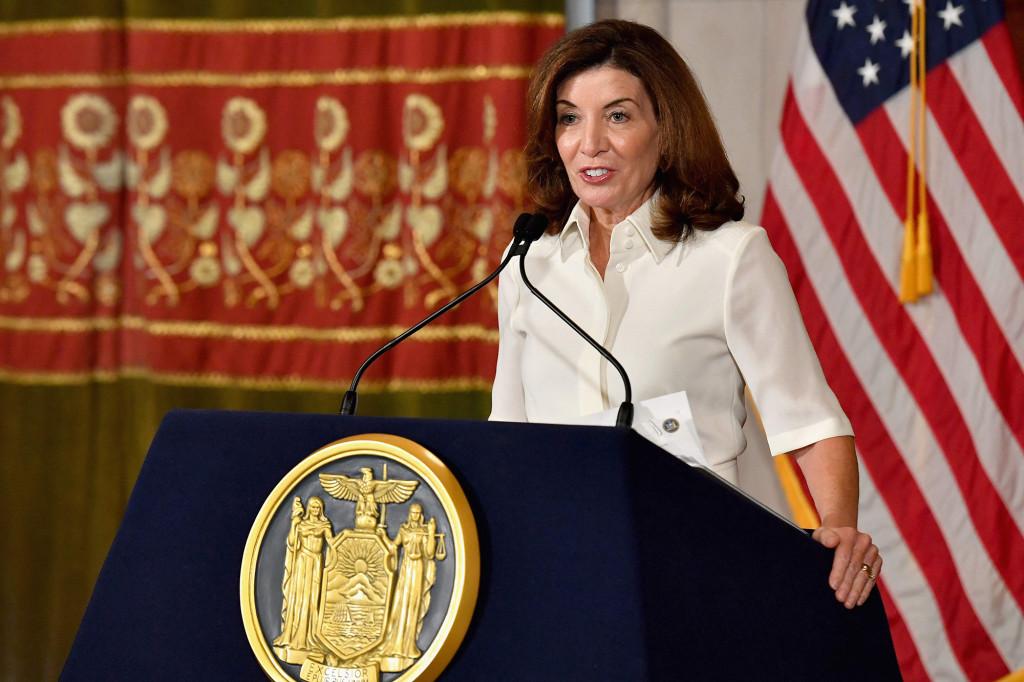 Die Gouverneurin von New York, Kathy Hochul, spricht während ihrer Vereidigungszeremonie im New York State Capitol in Albany, New York, am 24. August 2021 vor den Medien.