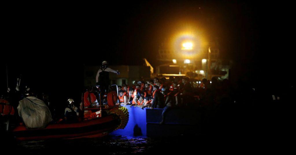 Retter entfernen 394 Migranten aus gefährlich überfülltem Boot vor Tunesien