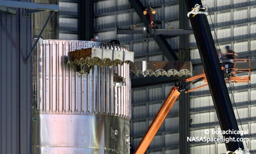 SpaceX stattet erstes Raumschiff-Triebwerk der Orbital-Klasse mit Gitterquerrudern und Raptor-Triebwerken aus