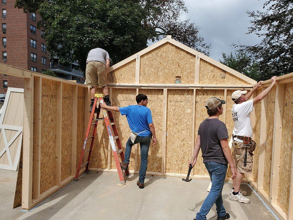 Studenten der Owego Free Academy bauen ein Lager in Roberson