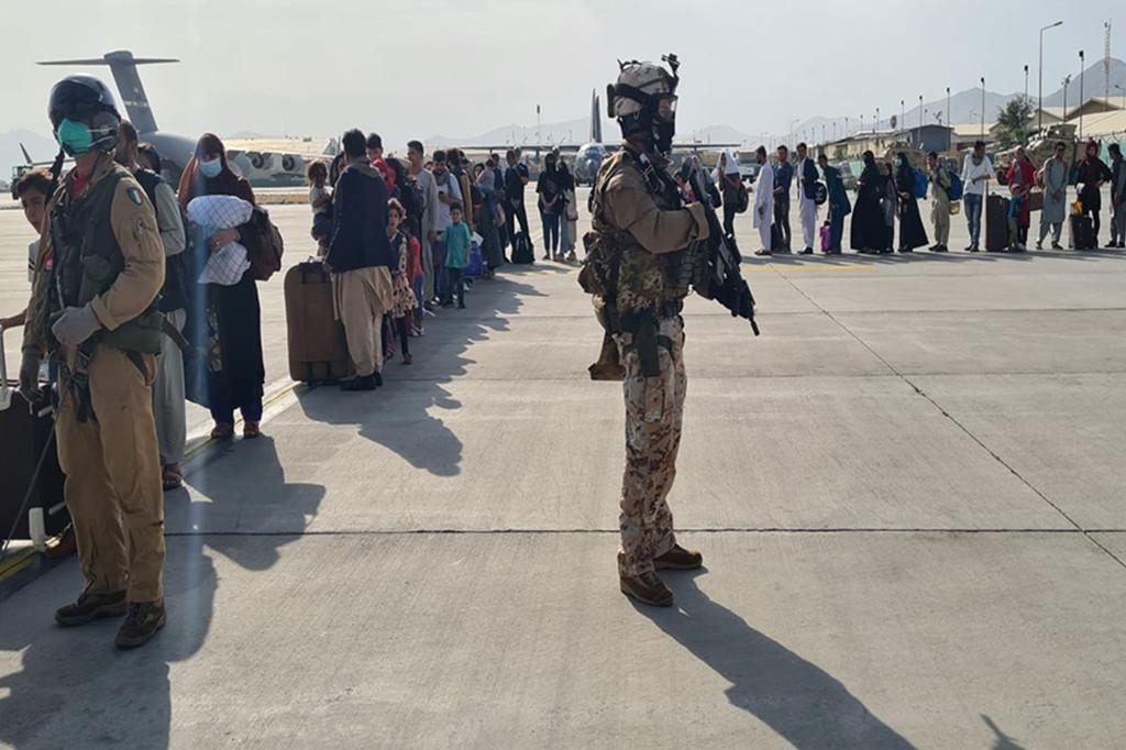 Hunderte afghanische Evakuierte stehen Schlange, um das Land nach der Machtübernahme der Taliban zu riechen.