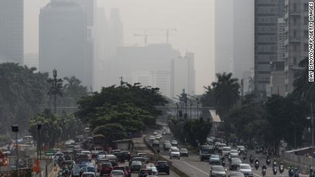 Die Gebäude in der Innenstadt von Jakarta sind in schweren Dunst gehüllt, der durch die Brände, die am 23. Februar 2018 in den ländlichen Provinzen der Region brannten, noch verschlimmert wurde.