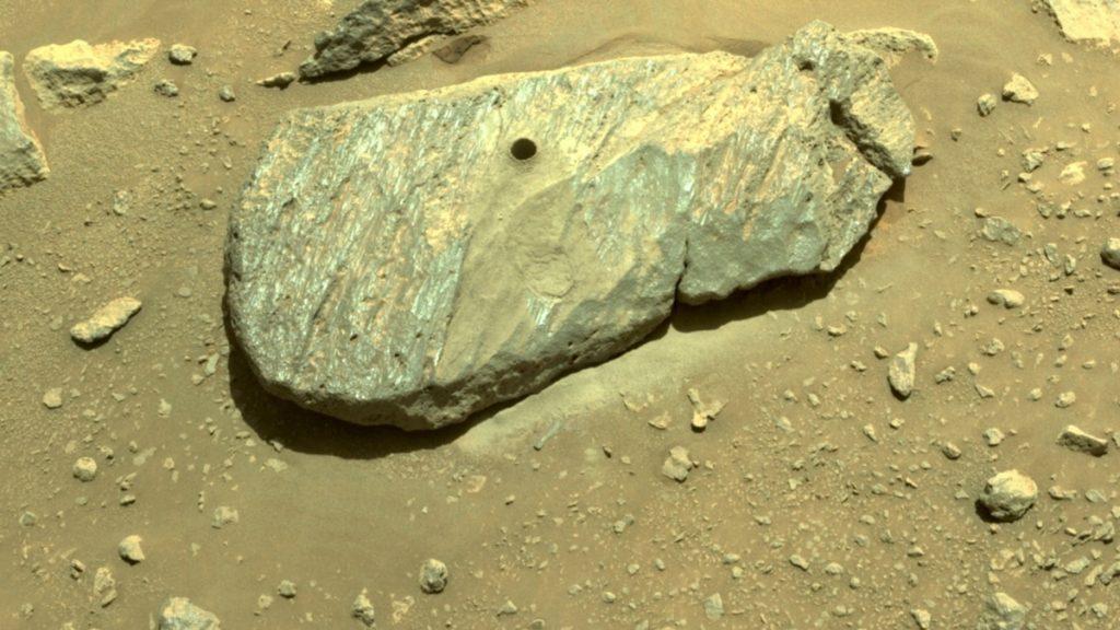 Der Perseverance Rover der NASA bergt den ersten Marsfelsen
