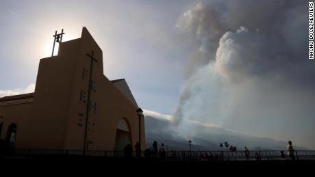 Rauch steigt am Dienstag nach den Eruptionen auf.
