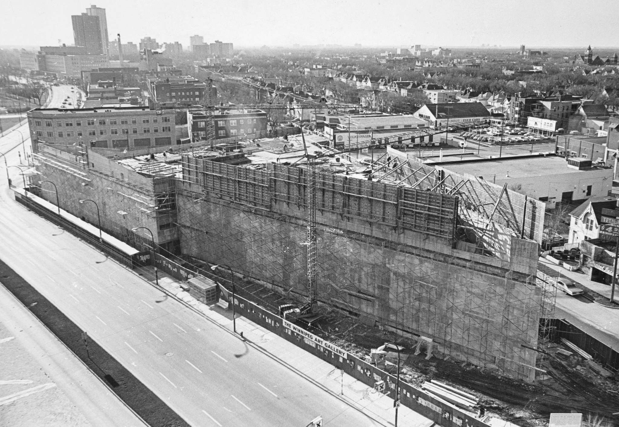 """La Winnipeg Art Gallery de 4,5 millions de dollars a lentement pris sa forme de flèche, qui a été déterminée par le site, bordé par le boulevard Memorial, l'avenue St. Mary et la rue Colony.</p></noscript> <p>""""width ="""" 2048 """"height ="""" 1414 """"srcset ="""" https://media.winnipegfreepress.com/images/400*400/NEP10964764.jpg 400w, https: //media.winnipegfreepress.com/images/600*600 /NEP10964764.jpg 600w, https: //media.winnipegfreepress.com/images/700*700/NEP10964764.jpg 700w, https: //media.winnipegfreepress.com/images/800*800/NEP10964764.jpg 800w, https: //media.winnipegfreepress.com/images/900*900/NEP10964764.jpg 900w, https: //media.winnipegfreepress.com/images/1000*1000/NEP10964764.jpg 1000w""""/></a><figcaption> <p>WINNIPEG KOSTENLOSE PRESSEMITTEILUNGEN</p> <p>Die 4,5 Millionen Dollar teure Winnipeg Art Gallery nahm langsam ihre Turmform an, die durch das Gelände bestimmt wurde, das von Memorial Boulevard, St. Mary Avenue und Colony Street begrenzt wurde.</p> </figcaption></figure> <p>Laut Serena Keshavjee, außerordentliche Professorin für Kunstgeschichte an der University of Winnipeg und Herausgeberin von <em>Winnipeg Modern</em>, eine Geschichte der Mid-Century-Architektur unserer Stadt, war eine der wichtigsten Errungenschaften von Eckhardt, """"dieses dauerhafte Zuhause für die WAG zu organisieren und zu sammeln, das das elegante Gebäude ist, das Sie heute sehen"""".</p> <p>""""Es hat dazu beigetragen, WAG als sehr wichtiges Stadtmuseum bekannt zu machen"""", sagte Keshavjee.</p> <p>Das Äußere des Gebäudes ist groß und kühn, was es zu einer Art Statement-Struktur macht, die zu einem visuellen Symbol für eine Stadt werden kann.</p> <blockquote class="""