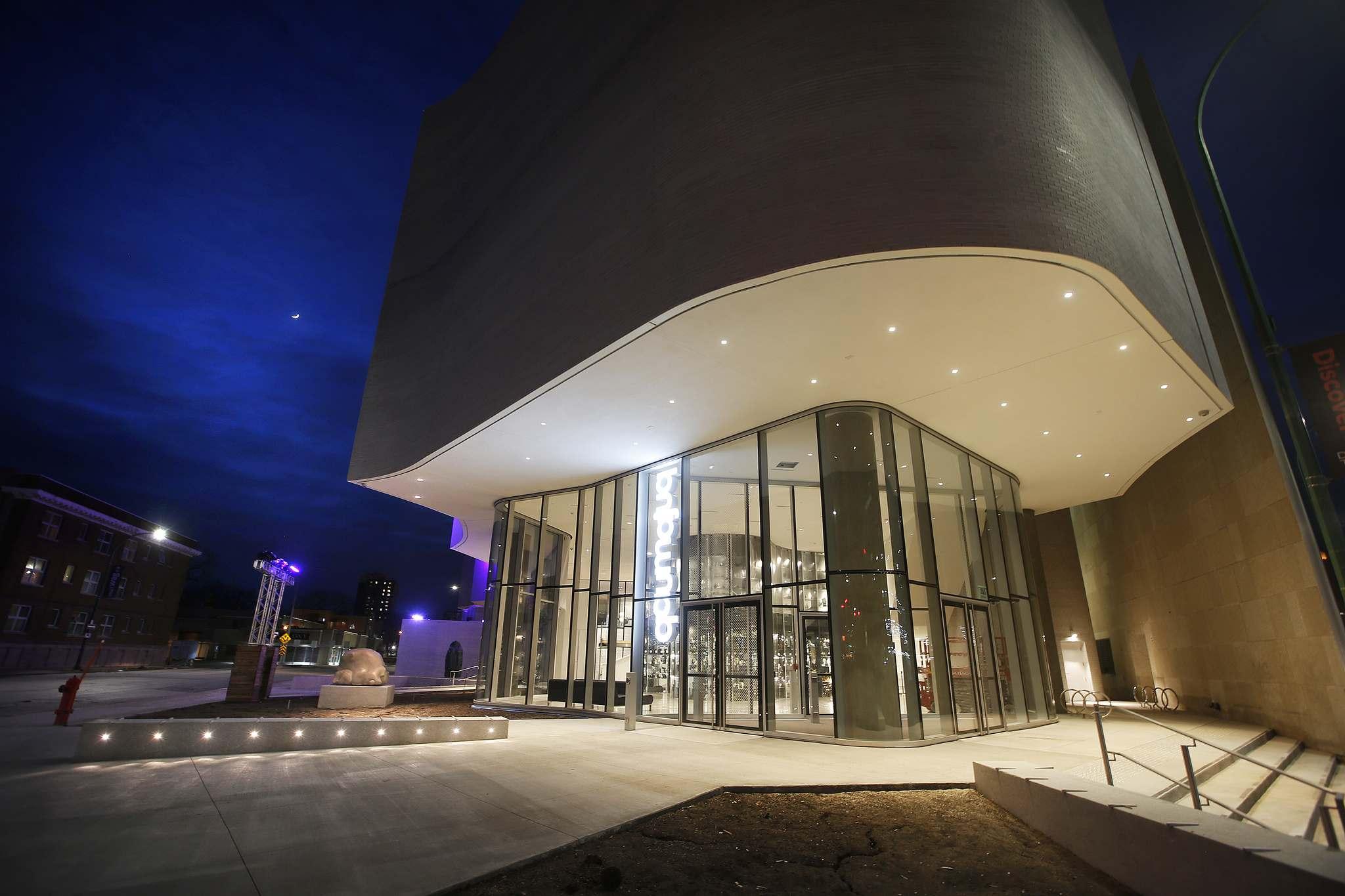 Der gut sichtbare Eingang des QaumajuQ und die großen Glasflächen tragen dazu bei, Passanten anzuziehen.