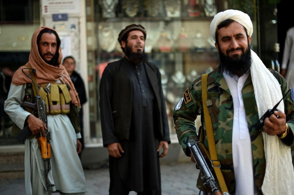 Taliban-Kämpfer stehen Wache.