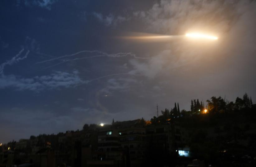 Unbekannte Flugzeuge greifen iranische Milizen in Ostsyrien an
