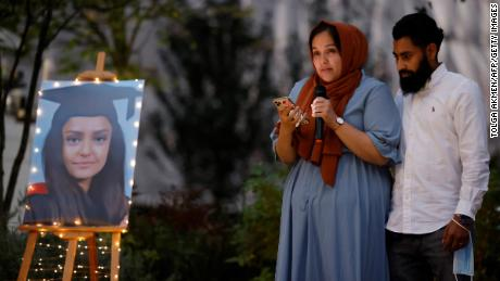Sabina Nessas Schwester würdigt sie am Freitagabend bei einer Mahnwache bei Kerzenlicht in Kidbrooke.