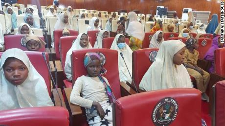 Hunderte nigerianische Schulmädchen wenige Tage nach der Entführung freigelassen