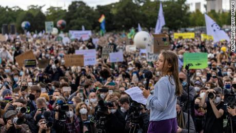 Thunberg spricht am Freitag während eines Jugendklimamarsches in Berlin.