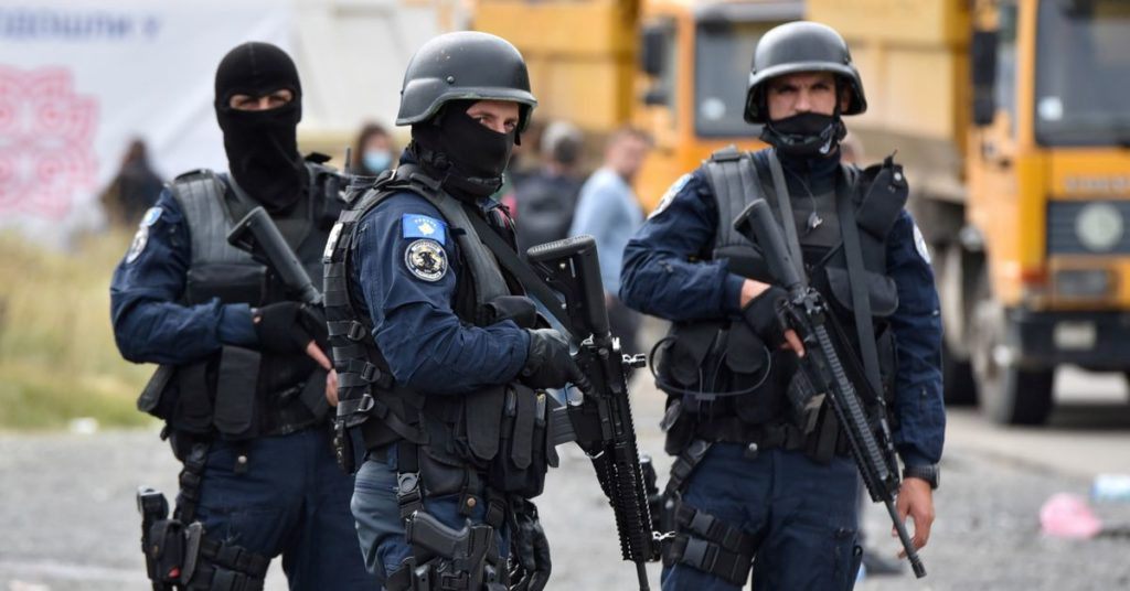 Kosovo sagt, dass Büros im volatilen Norden angegriffen wurden, als Serben Straßen blockieren