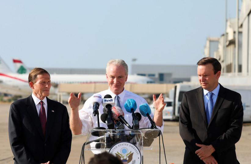US-Senator Chris Van Hollen gestikuliert während einer Pressekonferenz am Internationalen Flughafen Beirut in Beirut, Libanon, 1. September 2021 (Bild: REUTERS / MOHAMED AZAKIR)