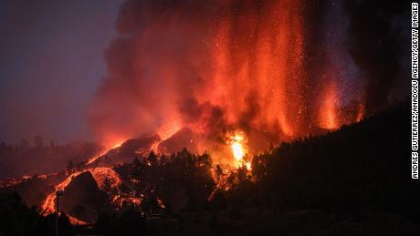 Ein Vulkan bricht auf La Palma auf den Kanarischen Inseln in Spanien aus