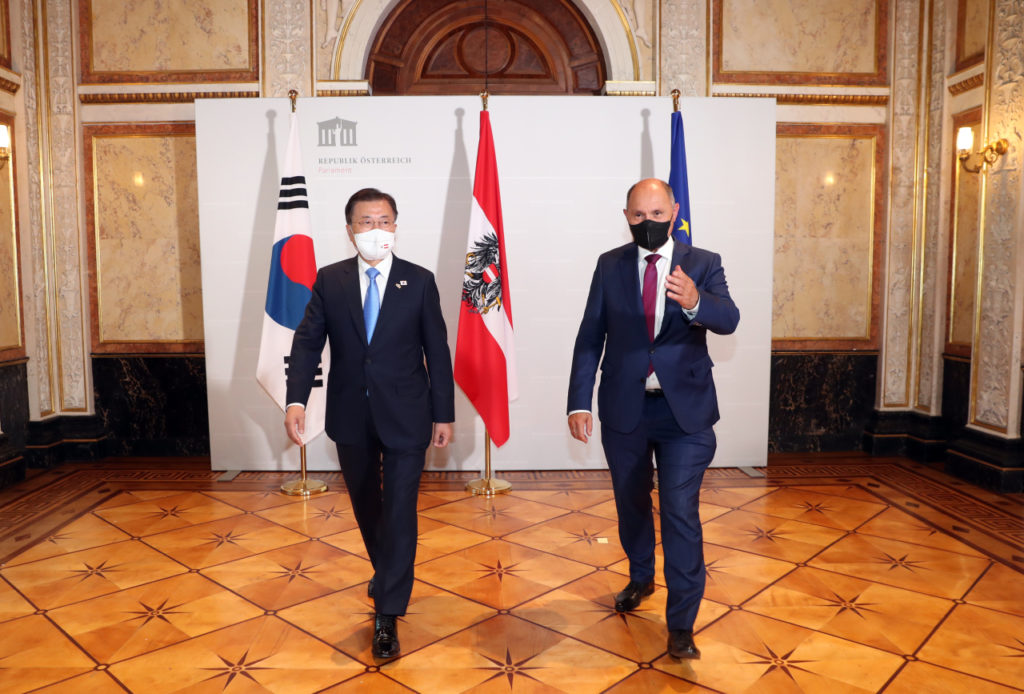 South Korean President Moon Jae-in (L) is greeted by Wolfgang Sobotka, president of the Austrian National Council, at the parliamentary library in Vienna on Monday. (Yonhap)