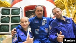Die Besatzungsmitglieder, Kosmonaut Anton Shkaplerov, Schauspielerin Yulia Peresild und Regisseur Klim Shipenko.