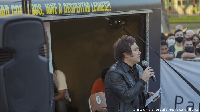Javier Milei: Mann mit Mikrofon steht auf der Bühne, Menschenmenge im Hintergrund