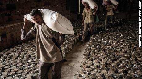 Arbeiter tragen Weizensäcke für eine Lebensmittelverteilung, die am 22.