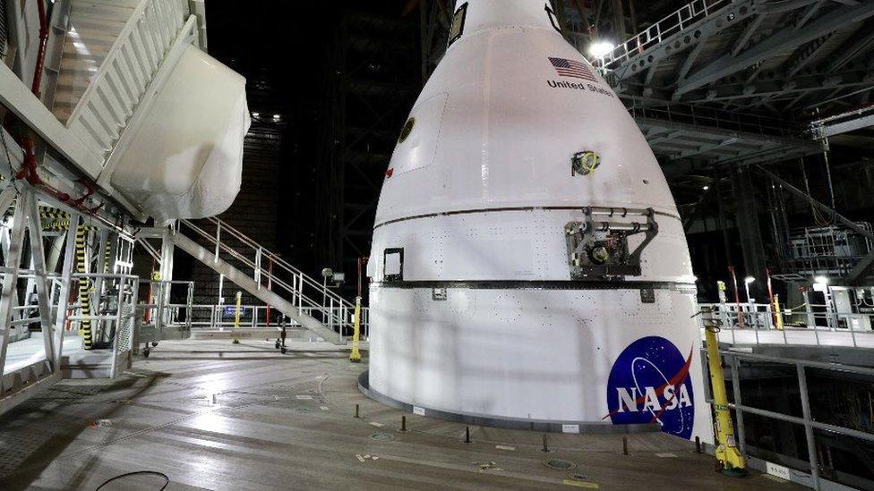 Die Mondsonde der NASA ist an der Mega-Rakete SLS befestigt