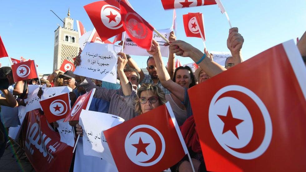 Tausende Menschen demonstrieren für die Suspendierung des Parlaments durch den tunesischen Präsidenten